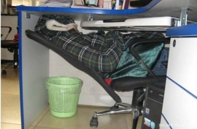спящий человек на работе