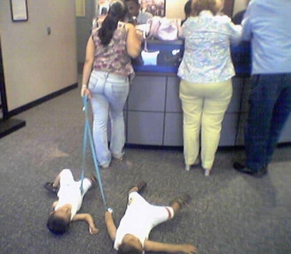 мама и дети на поводке