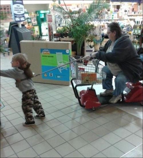 мама и ребенок в магазине