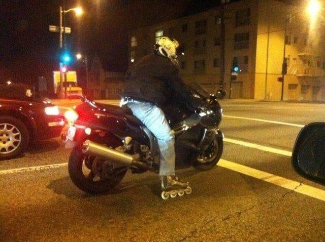 мотоциклист на роликах