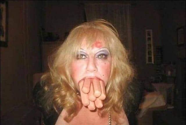блондинка с сосисками во рту