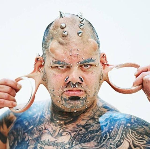 мужчина с шипами и татуировками