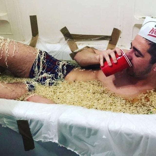 парень принимает ванну из мивины
