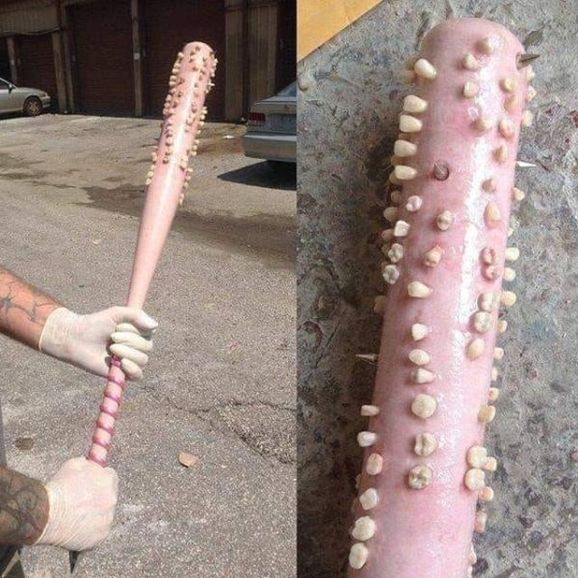 розовая бита с зубами