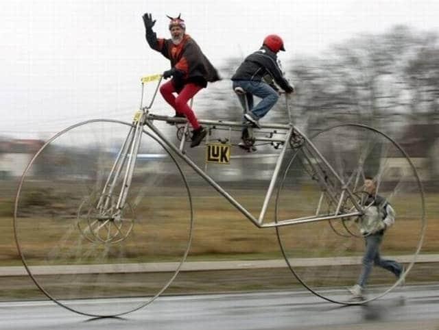 мужчины на огромном велосипеде