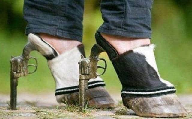 обувь из копыт и пистолетов