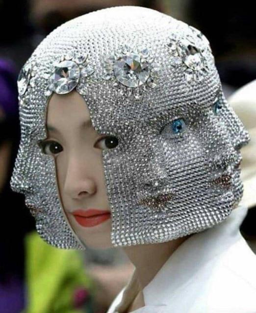 девушка в серебряной маске