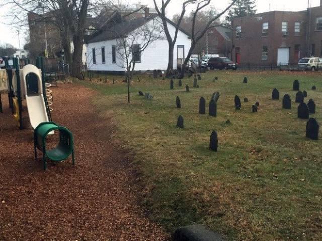 детская площадка рядом с надгробиями