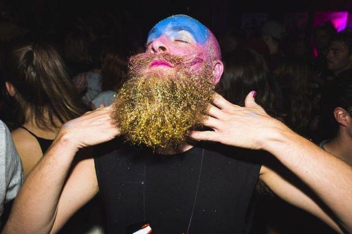 бородатый мужчина в синей краске
