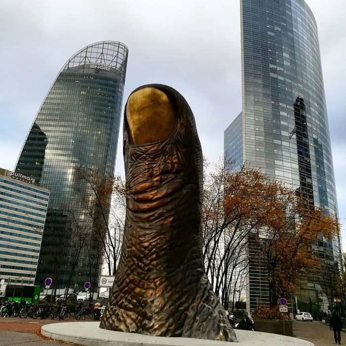 скульптура большому пальцу в париже
