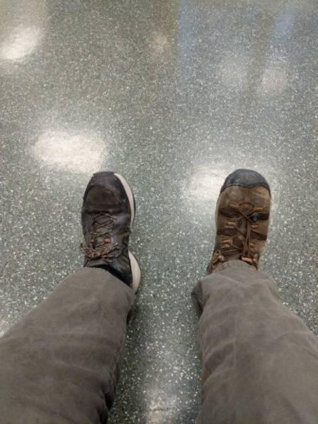 мужчина в разной обуви