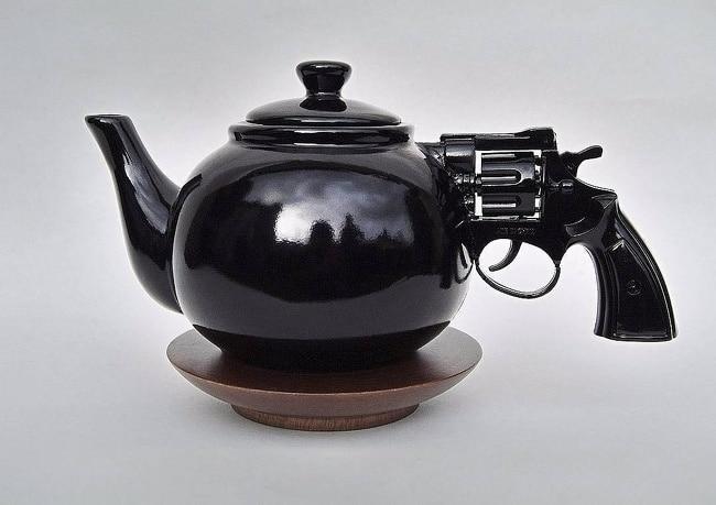 Чайник с ручкой в форме пистолета
