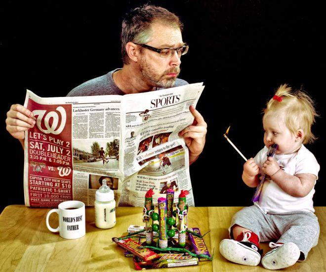 Отец с газетой