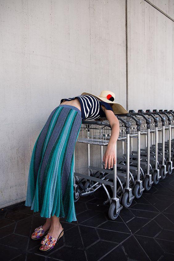 девушка спит на тележках из супермаркета