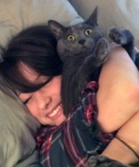 девушка спит в обнимку с серым котом