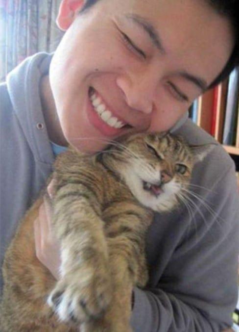парень в обнимку с котом