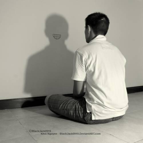 парень сидит перед стеной
