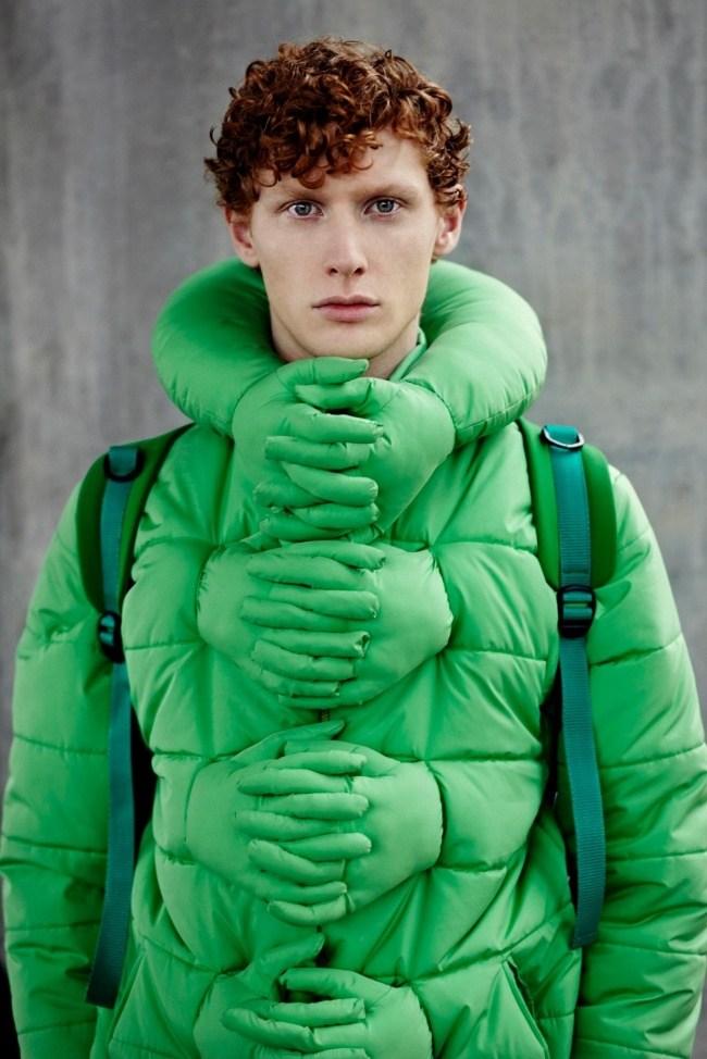 парень в зеленой куртке