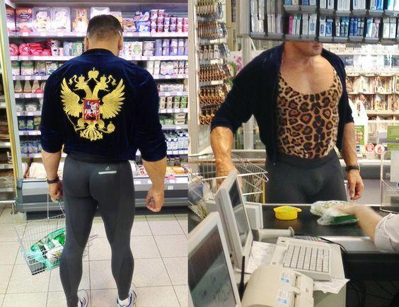 парень в лосинах в супермаркете