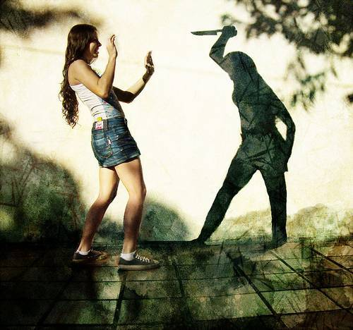 тень с ножом нападает на девушку