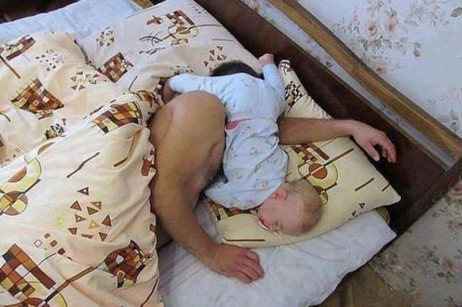 папа и ребенок спят