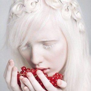 Девушка -альбинос с красными ягодами