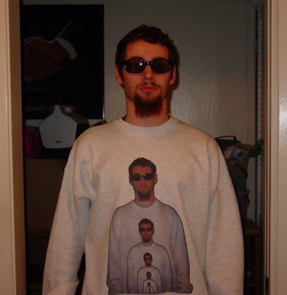 мужчина в забавном свитере