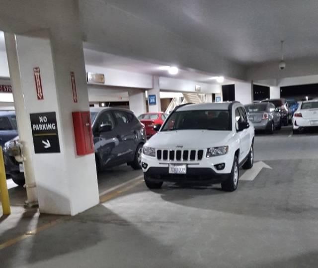 парковка и автомобиль