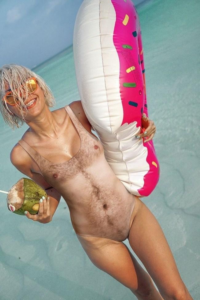 девушка в купальнике с принтом мужского тела