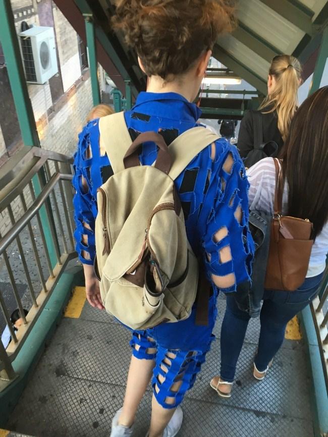 парень с рюкзаком в синем костюме