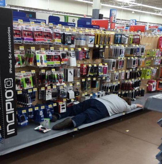 мужчина спит в супермаркете