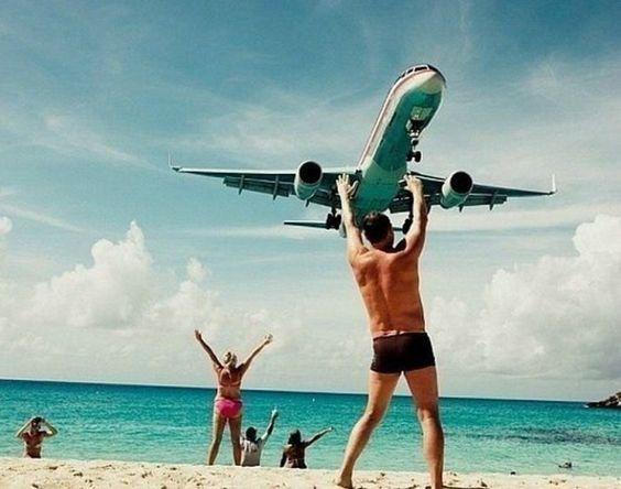 парень держит самолет над головой