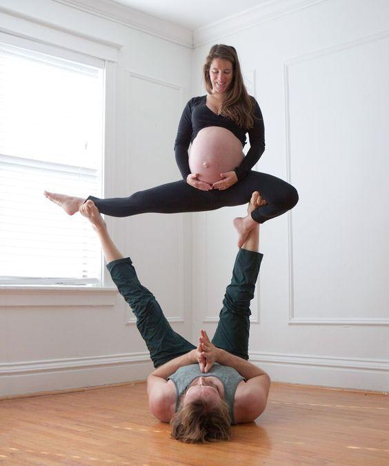 беременная женщина на ногах у мужчины