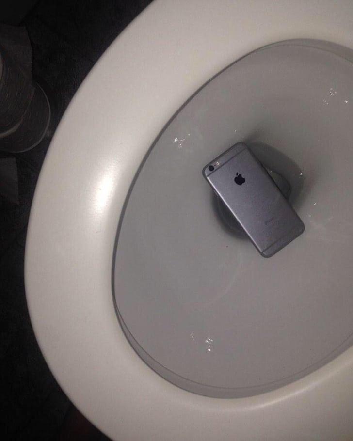 телефон упал в унитаз