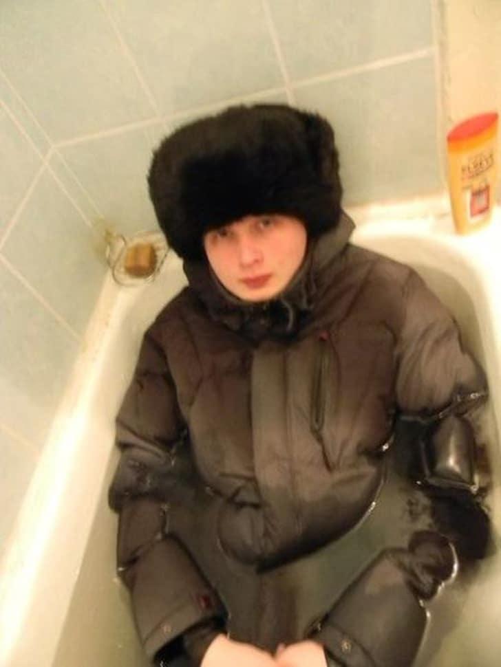 в ванной в одежде