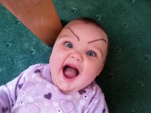 малыш смеется