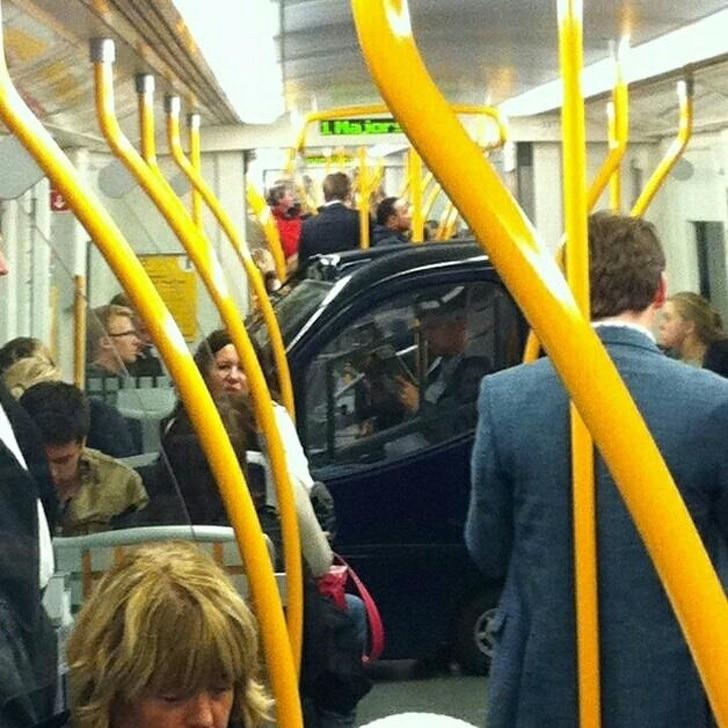 машина в автобусе