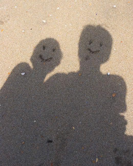 тень пары на песке