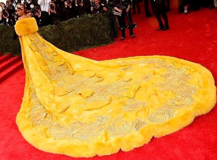 рианна в желтом платье с длинным шлейфом