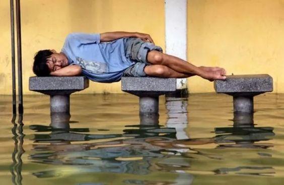парень спит над водой