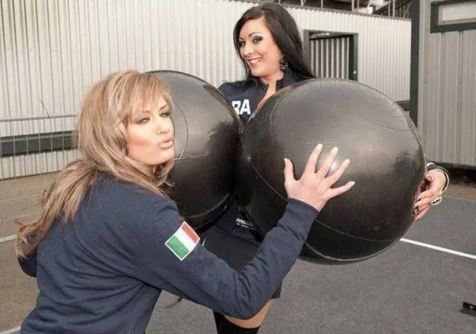 девушки с двумя шарами