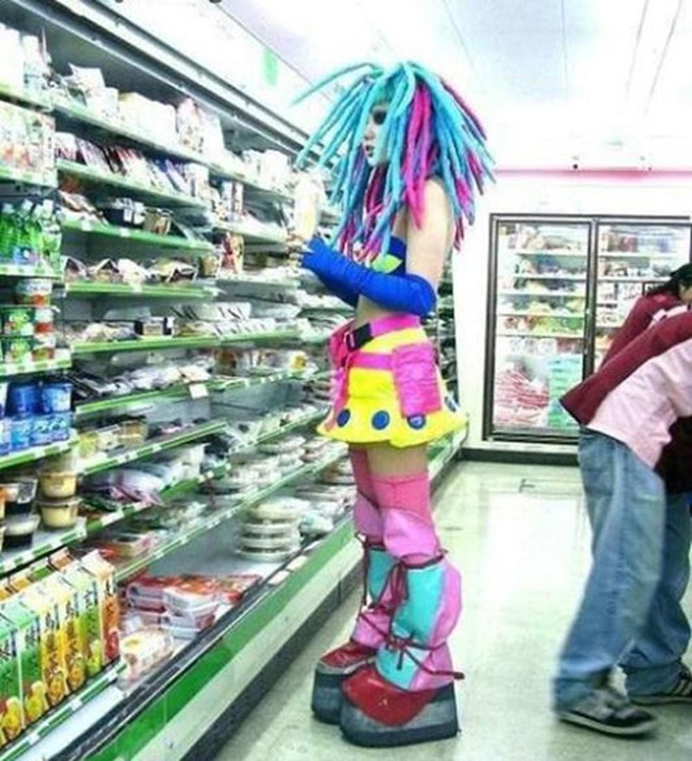 девушка в цветном парике и одежде