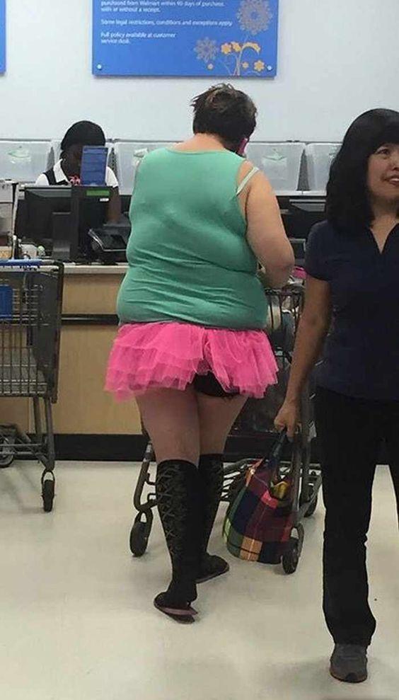 женщина в розовой юбке