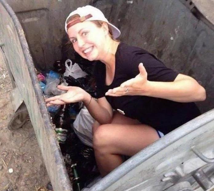 девушка в мусорном контейнере