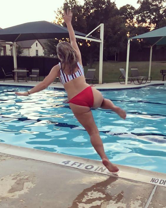 девушка прыгает в бассейн