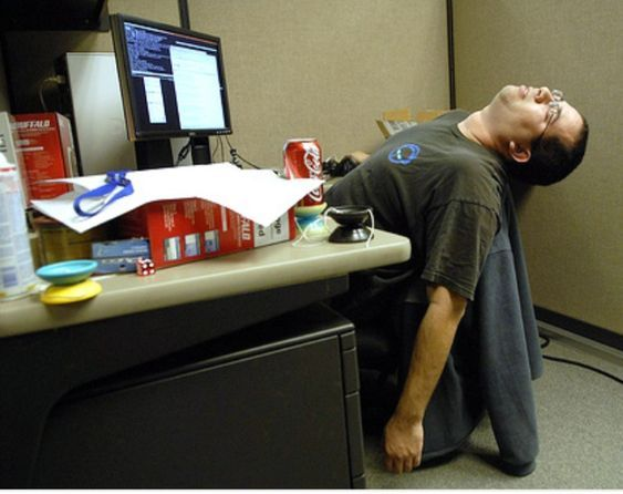парень спит за компьютером