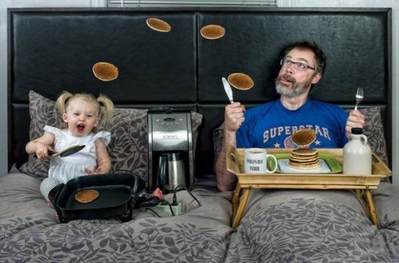 Папа и дочь пекут блины