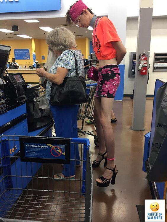 парень на каблуках в супермаркете