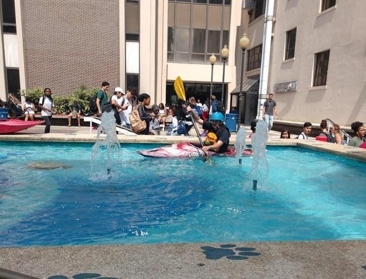 мужчина в бассейне на байдарке