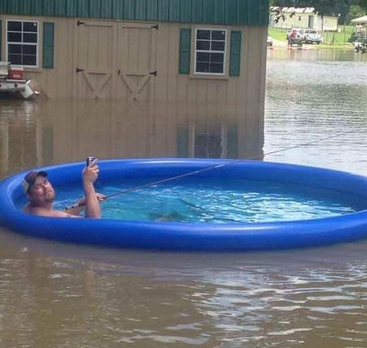 мужчина в надувном бассейне в потом